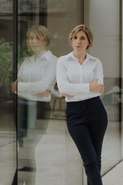 Dieses Bild zeigt eine Business Frau und eine Powerfrau.